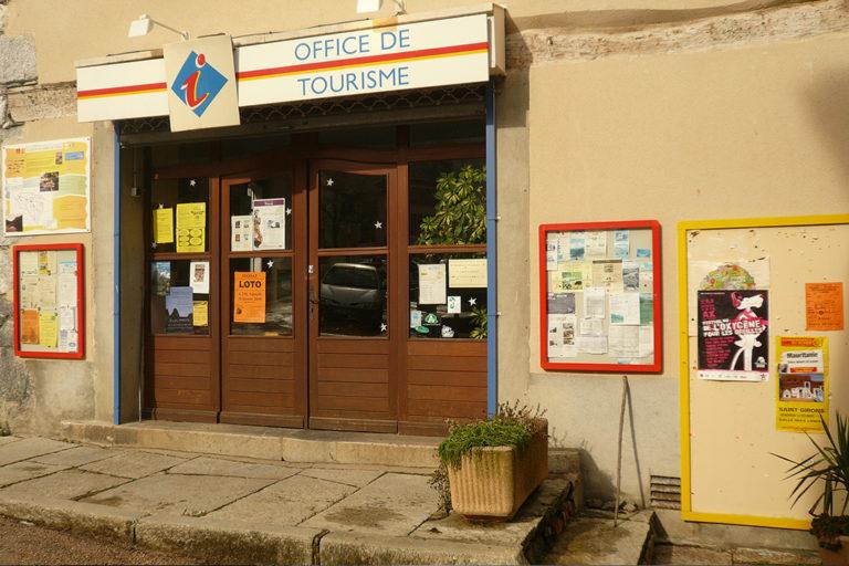 Vitrine de l'office de tourisme Couserans Pyrénées à Massat